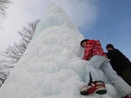 Obří ledová homole vytvořená z vodotrysku v Karlově Studánce na Bruntálsku.