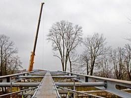 Budování lávky přes Orlici v Hradci Králové (22. února 2012)