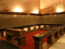 Smuteční síň s dvojitou stěnou. Sem vyjížděl prosklený sarkofág s mumií