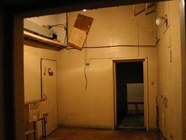 Místnost pro lékaře ve službě. Dveře vlevo ji spojují s laboratoří.