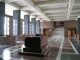 Hlavní sál mauzolea při pohledu od smuteční síně. V popředí Gottwaldův hrob.