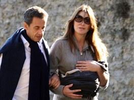 Prezident Sarkozy s man�elkou a dcerou na proch�zce