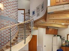 Nad kuchyní je vidět visutá část dřevěného stropu, trámy jsou uvnitř spojovány