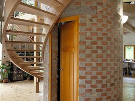 V ústředním pilíři je pod schodištěm malá technická místnost s kotlem.