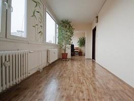 K bytu získali manželé ještě část chodby domu, která měla naštěstí okna.