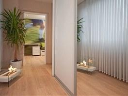 Zrcadlo na čelní ploše posuvných dveří prostor opticky zvětšuje.