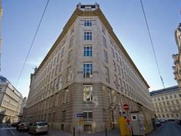 Budova spořitelny má lichoběžníkový tvar.