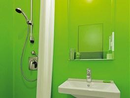 Sprchový kout nahradil vanu. Oddělený je závěsem spuštěným až od stropu. Odolný