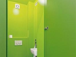 Toaleta je vymalovaná nátěrem odolným vodě a chemikáliím, jako koupelna. Dveře