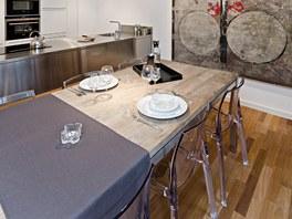 Židle z transparentního plastu dávají vyniknout jídelnímu stolu.