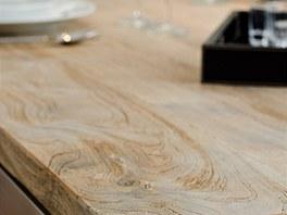 Patinovaná dřevěná deska je ze starých prken.
