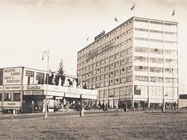 Na nedatovaném snímku lze vidět, jak vypadal obchodní dům, než jej znehodnotila