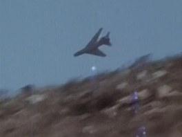 Útočící syrský stíhací bombardér Su-7 v nízkém průletu