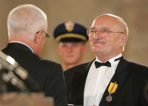 Herec Josef Somr přebírá z rulou prezidenta Václava Klause mediali Za zásluhy.