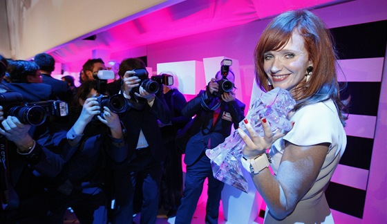 Český lev 2012 - Anna Geislerová s cenou za Nevinnost (Praha, 3. března 2012)