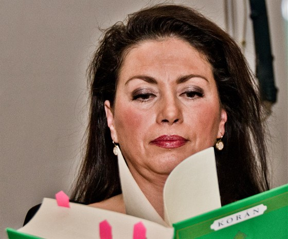 Jana Bobošíková předčítá z Koránu.