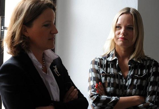 Vicepremi�rka Karol�na Peake a m�stop�edsedkyn� Sn�movny Kate�ina Klasnov�,