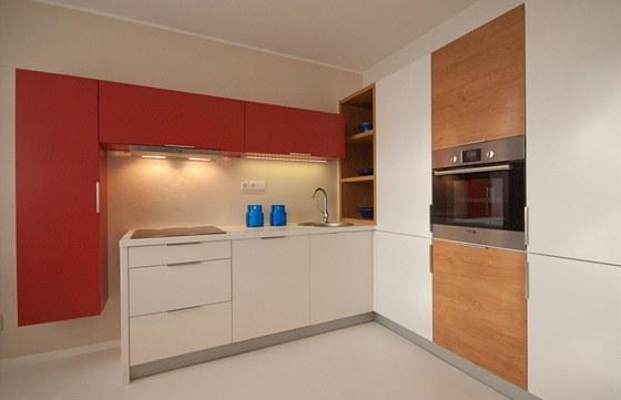 Na umakartovou příčku nebylo možné zavěsit těší horní skříňky, proto kuchyni