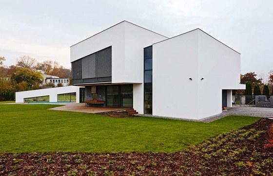 K hlavní dvoupodlažní hmotě domu, která obsahuje společnou obývací část a v