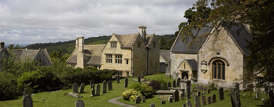 S farmou těsně sousedí místní kostelík a hřbitov.