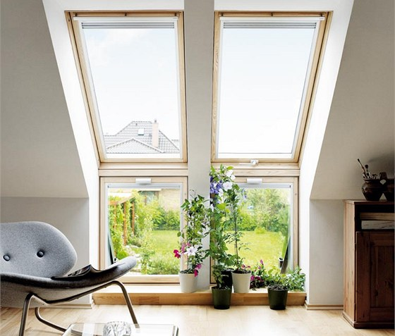 Sestavy střešních oken zajistí plnohodnotný kontakt s okolím. Na obrázku kyvné