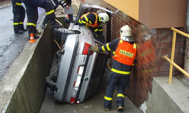 Automobil skončil ve sklepním sjezdu, jenže řidič nějaký čas nebyl k nalezení.