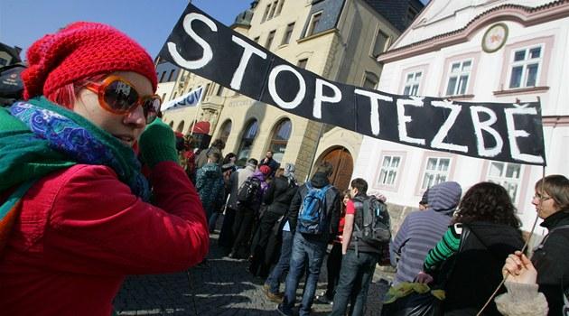 Proti t�b� b�idlicového plynu demonstrovaly p�ed hotelem Beránek v Náchod�