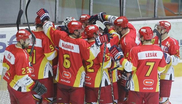 VÍT�ZSTVÍ. Hokejisté Hradce Králové se radují z výhry.