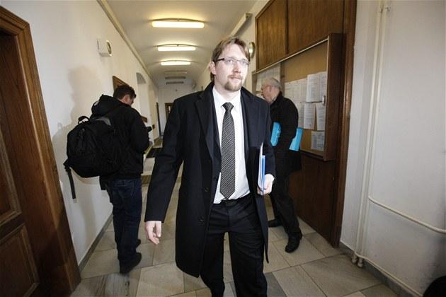 Ministr dopravy Pavel Dobe� p�ichází k soudu, který �e�í korup�ní aféru uvnit�