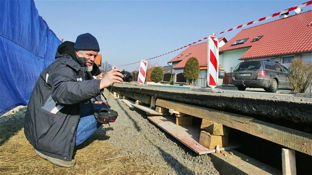 Starosta Jeni�ova Ivan Truksa dokumentuje propadání krajnice, p�i stavb�