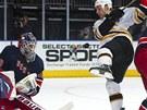 Brankář NY Rangers Henrik Lundqvist likviduje pokus Gregoryho Campbella z