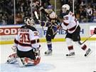 Jay Pandolfo z NY Islanders (v tmavém) právě rozhodl o vítězství nad New Jersey.