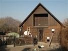V Toulcově dvoře mají kurník společný pro slepice, husy a kachny. Slepicím patří horní okénko.