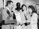 Někdejší viceprezident George Bush blahopřeje učitelce Christě McAuliffové k