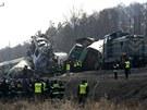 Záchranáři na místě vlakového neštěstí na jihu Polska (4. března 20012)