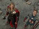 Přes svaly jsou tihle dva chlapíci. Představme si pána nalevo. To je Thor, Bůh...