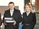 V�t B�rta s obh�jcem a man�elkou p�ich�z� k Obvodn�mu soudu. (7. b�ezna 2012)