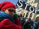 Proti těžbě břidlicového plynu demonstrovaly před hotelem Beránek v Náchodě více než dvě stovky lidí. (6. března 2012)