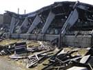 Trosky vyhořelé odchovny kuřat v Semechnici na Rychnovsku