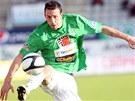 ZPRACOVÁNÍ. Jablonecký fotbalista Jan Vošahlík si zpracovává letící míč.