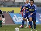 ZA MÍČEM. Olomoucký útočník Michal Ordoš sleduje odražený míč v ligovém utkání