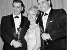Velká radost z 5.dubna 1965.  Robert Sherman (vlevo) pózuje s Oscarem za hudbu