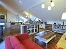 Jeden prostor slouží jako obývací, jídelní i kuchyňská část.