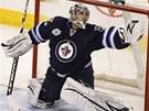 Gólman Ondřej Pavelec z Winnipegu likviduje jednu ze  střel hráčů Buffala.