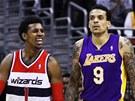 Nick Young z Washingtonu se raduje, Matt Barnes z LA Lakers vypadá překvapeně.