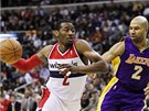 John Wall (vlevo) z Washingtonu obch�z� Dereka Fishera z LA Lakers.
