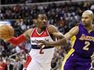John Wall (vlevo) z Washingtonu obchází Dereka Fishera z LA Lakers.