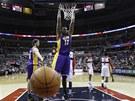 Andrew Bynum z LA Lakers se po smeči vyvěsil na koš Washingtonu.