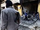 �len Syrsk� osvobozeneck� arm�dy hl�d� dva chlapce, kte�� vykl�zej� n�sledky