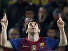 HRDINA. Lionel Messi z Barcelony oslavuje jeden ze sv�ch g�l� do s�t�